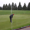 gc04_317_nagy_practice_putts_in_rain_delay_042504