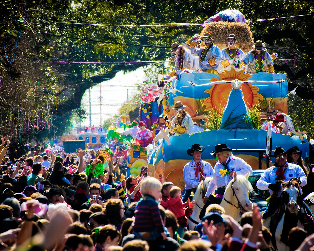 Thoth Floats and Crowds