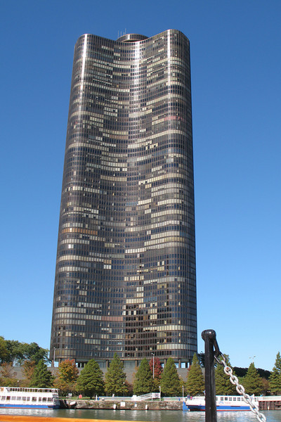 CR027: Another shot of the world's tallest condo by the entrance to the Chicago River.  They have great views of the city and/or Lake Michigan.
