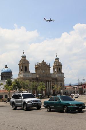 W Gwatemali lotnisko jest blisko centrum - to i samoloty nisko lataja