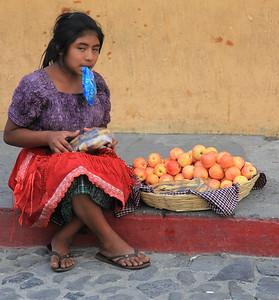 Sprzedawczyni jabłek - z ust zwisa jej torebka foliowa tak się tu sprzedaje wodę mineralną)