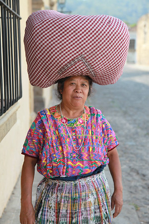Kobiety noszą tu zakupy... na głowie (dzbany z wodą i większe ciężary również)