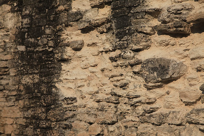 Mury 'troszke' zniszczone
