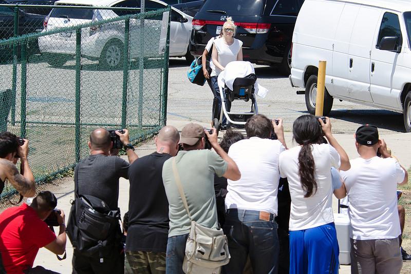 Gwen Stefani brakes paparazzi wall