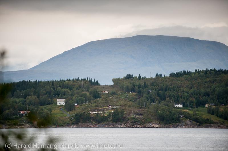 Øyjord, bygging av Hålogolandsbrua, foto av område for nordre tårn og veier, med rester av revne hytter. Foto fra søndre side av fjorden. Situasjon pr 5. september 2013.