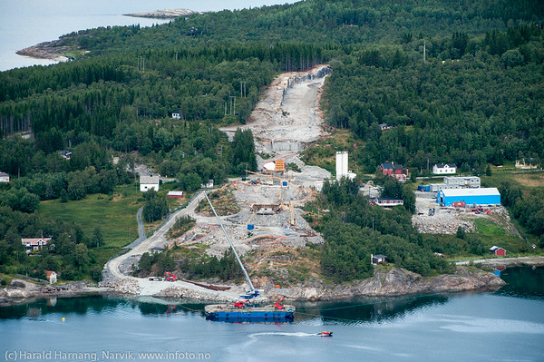 Øyjord. Hålogalandsbrua, bygging pr 22. august 2014. Foto fra veien inn mot Tøttadalen.