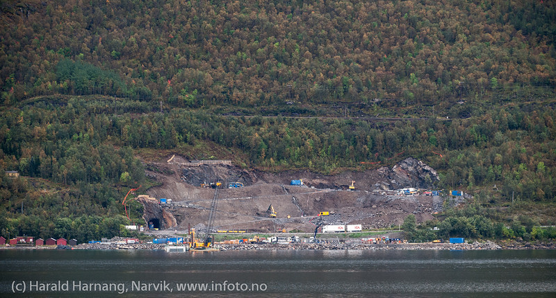 Bygging av Hålogolandsbrua, Spregning og klargjøring for bygging av søndre tårn (på Narvik-siden), wirefeste og innkjørings-bru. Trailer passerer på E6. Foto fra Øyjord. Situasjon pr 5. september 201
