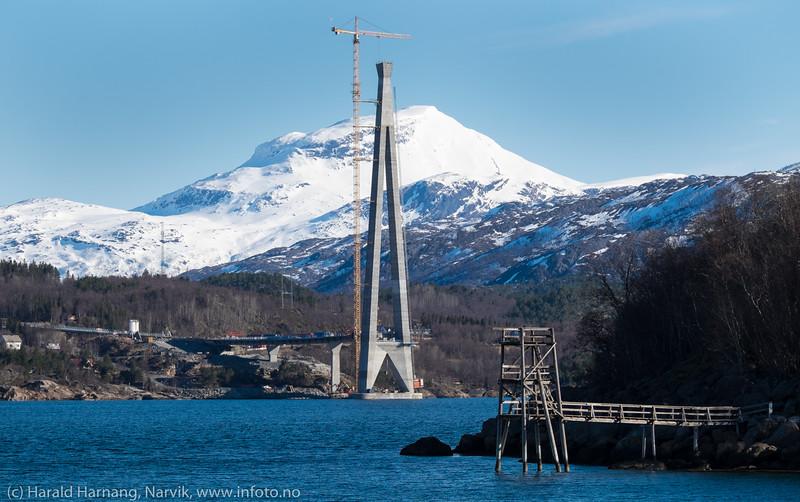 Nordre tårn på Hålogalandsbrua. I forgrunnen stupe/badetårn i Ornesvika. 19. april 2016.