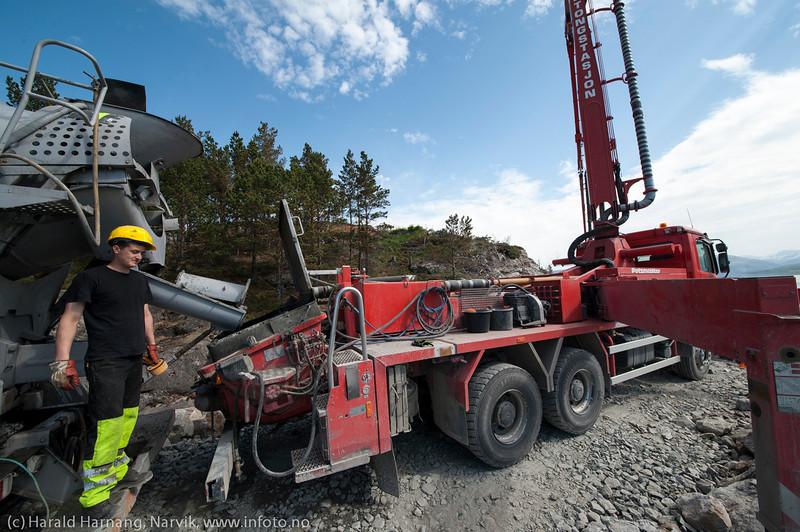 NCC bygger Hålogalandsbrua. Foto 6. juni 2014, Øyjord. Pumpebil med lang utlaster.