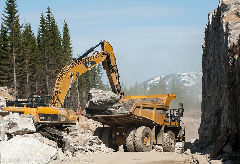 Statens vegvesen/Istak bygger veianlegg (ny E6) i forbindelse med Hålogalandsbrua. Vei like i nærheten av Øyjord bru. Foto 6. juni 2014, Øyjord.