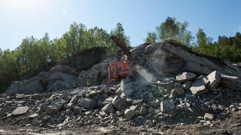 Statens vegvesen/Istak bygger veianlegg (ny E6) i forbindelse med Hålogalandsbrua. Foto 6. juni 2014, Øyjord. På Seines. Boring og sprengning for stort kryss.