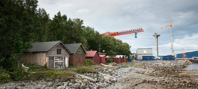 Naust som står igjen i fjæra. Hålogalandsbrua, bygging pr 22. august 2014.