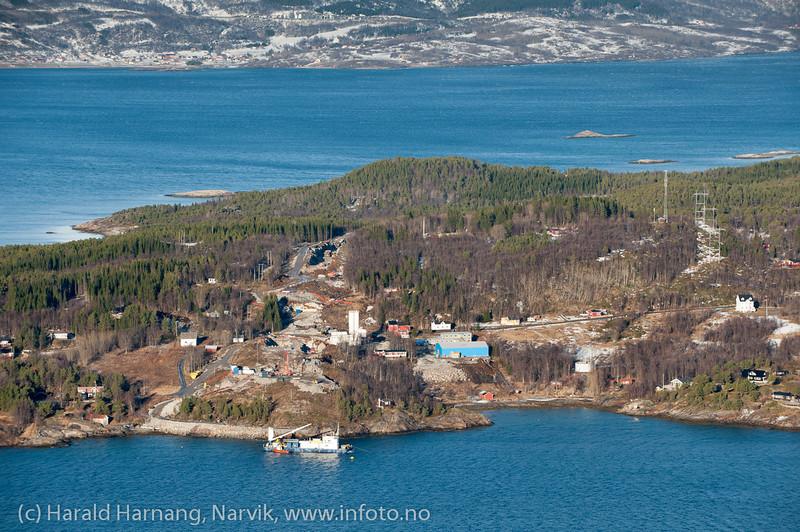 Hålogalandsbrua, arbeid pr 26. februar 2014. Nordside: Øyjord. I bakgrunnen over fjorden: Herjangen.