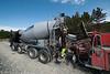 NCC bygger Hålogalandsbrua. Foto 6. juni 2014, Øyjord. Betongbil fyller over til pumpebil.
