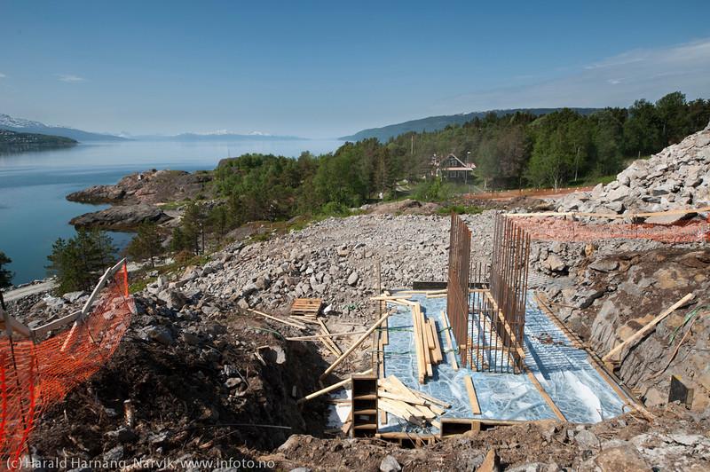 NCC bygger Hålogalandsbrua. Foto 6. juni 2014, Øyjord. Fritidsbolig i bakgrunnen. Fra idyll til anleggsperiode og siden naboskap til ei bru.