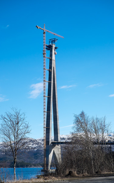 Søndre tårn på Hålogalandsbrua. Det klargjøres nå for kabelstrekking. 19. april 2016.