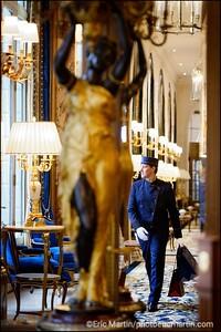 HOTEL RITZ. GROOM DANS LA GRANDE GALERIE.