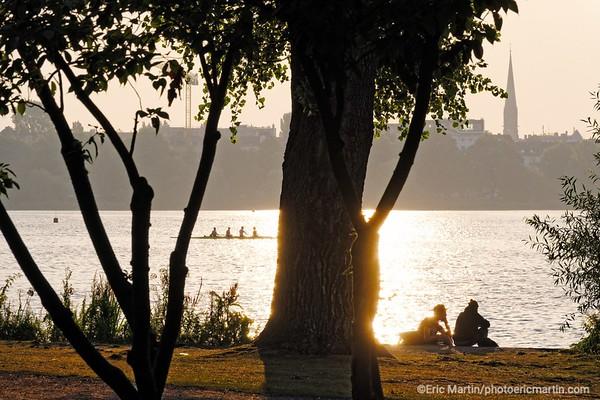 ALLEMAGNE. HAMBOURG AU FIL DE L EAU. 15% de la ville est couvert d'espaces verts, ici la rive du lac Aussenalster   ( carte nord )