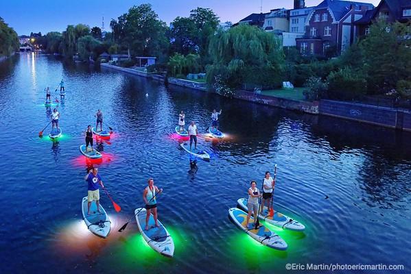 ALLEMAGNE. HAMBOURG AU FIL DE L EAU. Sup Light Night . Anisha organise des tours nocturnes sur les canaux du quartier d'Eppendorf à bord de Stand Up Paddle munis de LED de différentes couleurs.