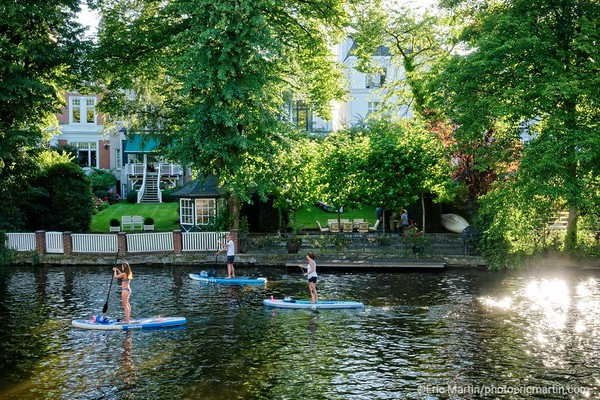 ALLEMAGNE. HAMBOURG AU FIL DE L EAU. Les hambougeois explorent les cannaux du quartier  chic d'Eppendorf  en canoës, pédalos, kayaks et Stand Up Paddles  ( carte nord )