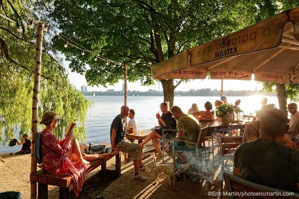 ALLEMAGNE. HAMBOURG AU FIL DE L EAU. Café alsterperle au bord du lac Aussenalster ( carte nord )