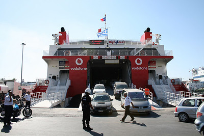 2009 - HSC HIGHSPEED 4 in Piraeus : disembarking cars under the supervision of the Police.