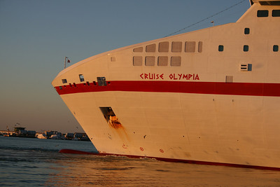 CRUISE OLYMPIA : the bow.