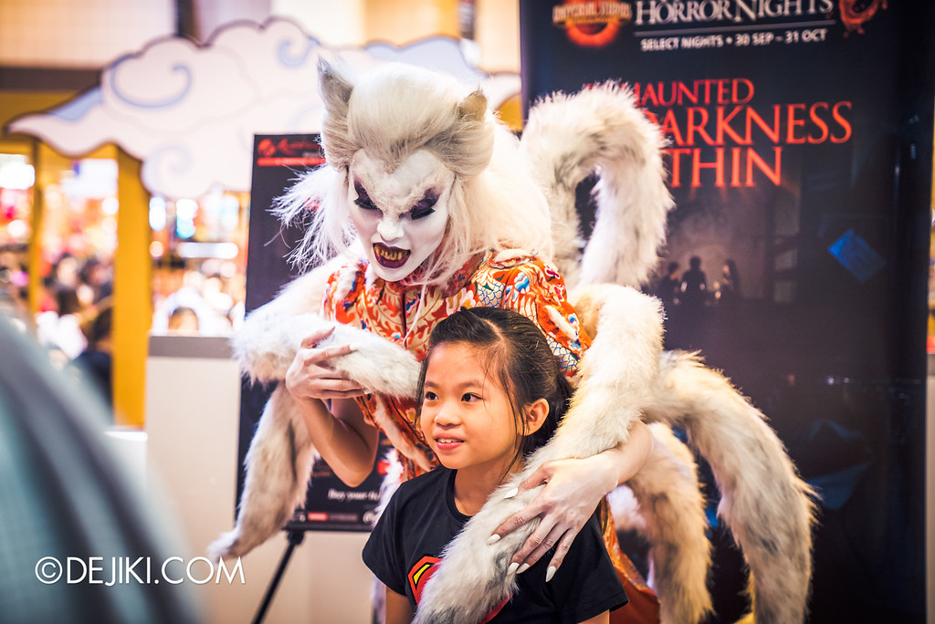 Universal Studios Singapore - Halloween Horror Nights 6 Before Dark Day Photo Report 1 - Hu Li Fox Lady Spirit bringing girl to the darkness within