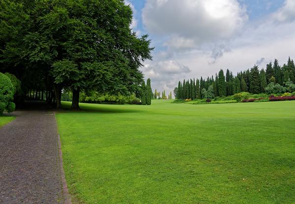 Valeggio, Parco Sigurta Giardino; shady tunnels, open lawn