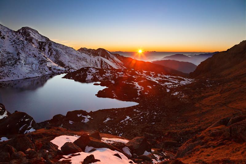 Sunset over Gosaikunda lake / Закат над озером Госайкунда