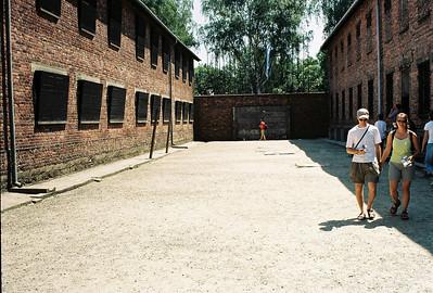 Stěna smrti. Vpravo Block 11.