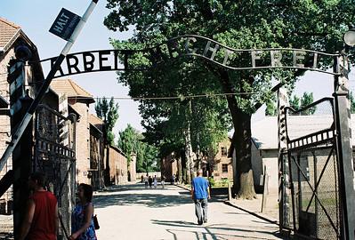 Prohlídka tábora skončila. Autobus nás veze zpět do Auschwitz. Odcházím pěšky na nádraží do Osvětimi.