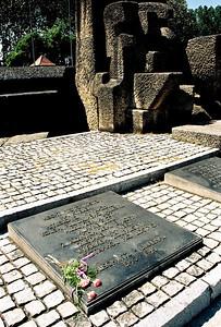Detail pamětní desky obětem Československa v Auschwitz a Birkenau.