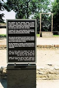 Zde stál barák gestapa, kde byli bestiálně mučeni vězni, podezřelí z účasti v podzemním hnutí, nebo z přípravy útěku.