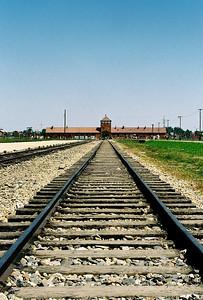 Birkenau (Březinka) je vzdálená od Auschwitz (Osvětim) 3 km. Autobus nás dovezl až před strážní věž, kterou projížděly vagony s vězni.