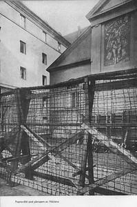 Kaunicovy koleje v Brně, popraviště pod obrazem Sv. Václava. Tady se popravovalo od 28. září 1941 do 18. dubna 1945. Celkem zde bylo utraceno 1350 životů. Text a dobové fotografie převzaty z publikace Žalm Moravy, autor fotografií Zdeněk MInařík, Brno.