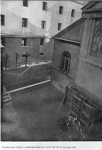 Kaunicovy koleje v Brně s oběma popravišti. Šibenice byly pro Židy.   ....a obětavě je zvedaly do výše nad hlavy publika, aby dobře viděly. Byly vděčny za to, že velezrádci nejsou popravováni v ústraní jako v Praze na Pankráci.