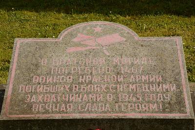 V tomto bratrském hrobě je pohřbeno 1407 vojáků Rudé armády,  padlých v bojích s německými okupanty roku 1945. Věčná sáva hrdinům!