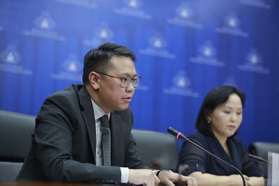 """2020 оны долоодугаар сарын 31.ОХУ, БНХАУ-тай хөгжүүлж буй харилцаа, ковид-19 цар тахлын улмаас Хятад, Орост үзүүлэхээр амалсан Монгол Улсын хүмүүнлэгийн тусламжийн явц байдал, """"Ногоон гарц"""" арга хэмжээг хэрхэн хэрэгжүүлэх, эдийн засгийг сэргээх,экспортыг нэмэгдүүлэхэд ГХЯ-аас авч хэрэгжүүлж буй арга хэмжээний талаар мэдээлэл хийлээ. ГЭРЭЛ ЗУРГИЙГ Г.ӨНӨБОЛД/МРА"""