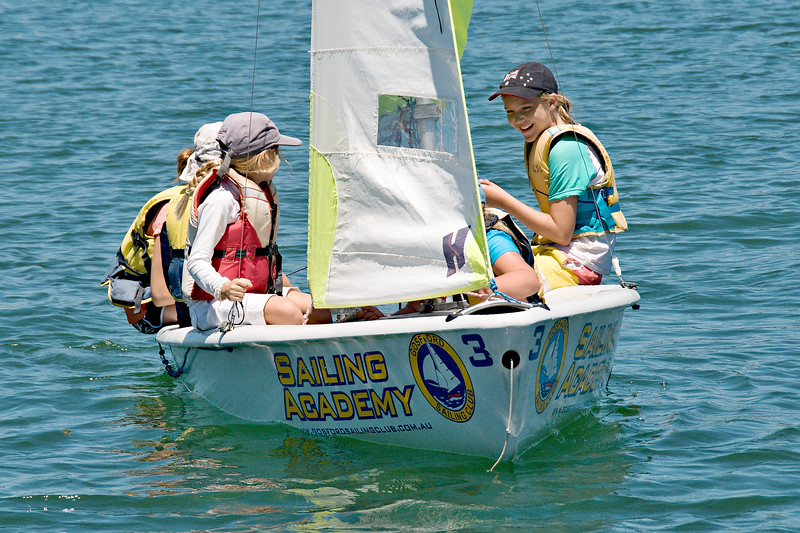 Gosford, Australia - January 1, 2014: Children sailing. Editoria