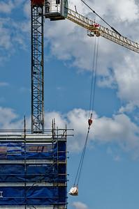 Construction crane in high wind. (ne)