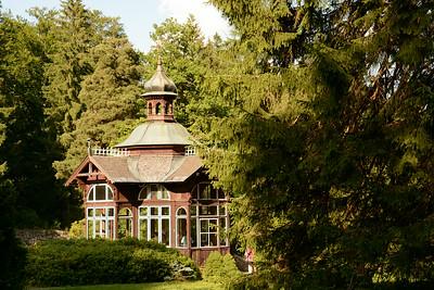 Karlova Studánka. Pavilon se železitou vodou. Pohled z lázeňského parku.
