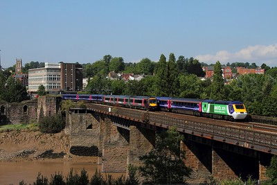 43126+43133 on the 1L51 1055 Cardiff Central to Paddington passes 170637 on the 1V05 0812 Nottingham to Cardiff Central at Newport on the 12th August 2015
