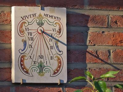 Wezembeek-Oppem (cadran solaire en pierre en provenance de Saint-Véran, France)