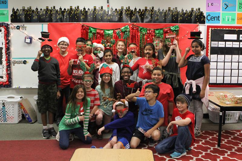 Rutledge Holiday Photo Booth Grade-5 2017 12 19-2365
