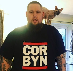 Rag 'N' Bone Man wearing a Corbyn T-shirt. Metro grab from Facebooko