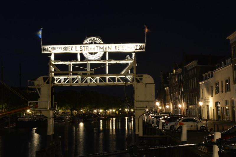 Fotograaf: Bert. Metalen kraan in Dordrecht.