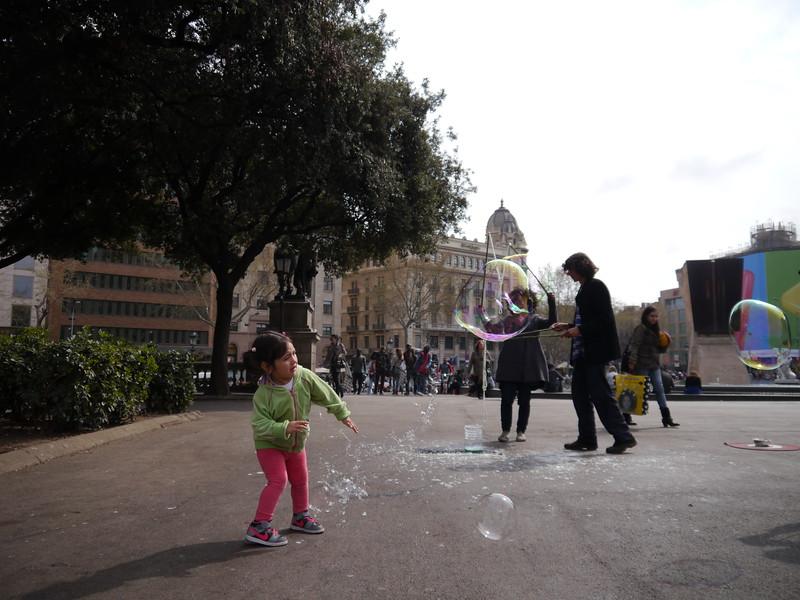 Fotograaf: Margot Klensmann. Barcelona. Fascinerende grote zeepbellen voor zo'n klein meisje!