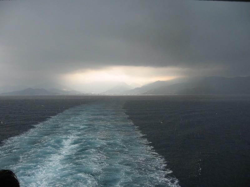 Fotograaf: Johan van Loenhout. Speling van de natuur zonnig Thassos en onweer op de ferry
