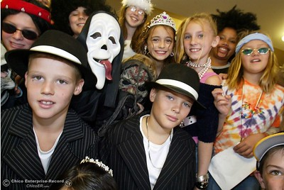 Hooker Oak Elementary School students visit the WindChime Assisted Living facility to visit with residents while dressed in their Halloween attire Friday. Pictured here, Gangster twins Zackary and Jacob Heckerson lef to right, pose for a picture with the rest of the ghouls from Hooker Oak Elementary Friday. Husa foto